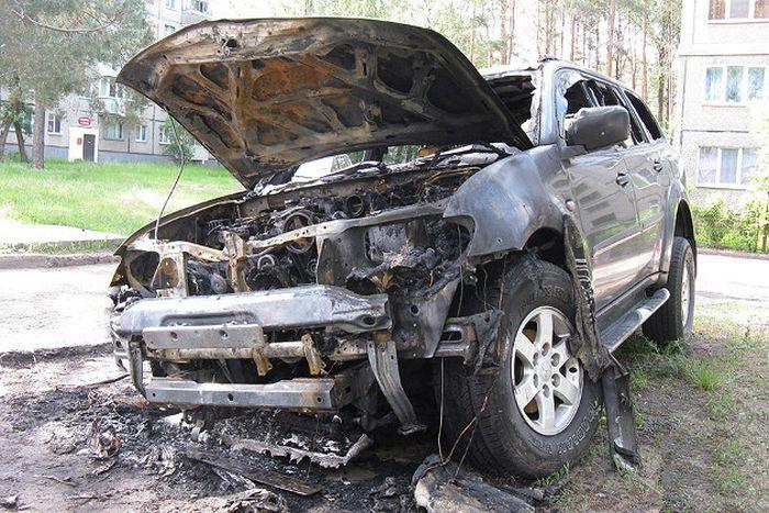 В Белоруссии россиянину сожгли внедорожник (5 фото)