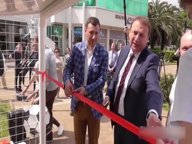Мэр Сочи Анатолий Пахомов отогнал волонтера