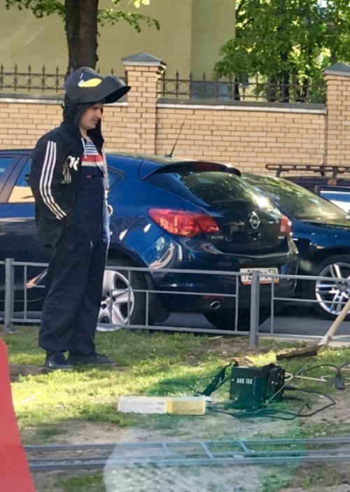 О таком исходе любитель парковки на газоне даже не догадывался (2 фото)