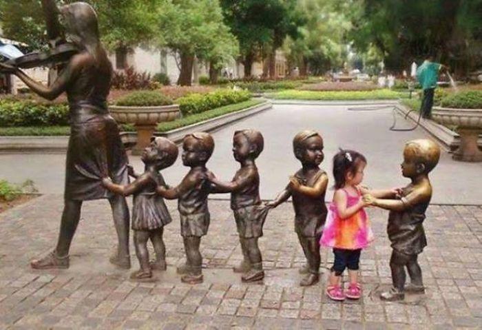 Прикольные фото со статуями (61 фото)