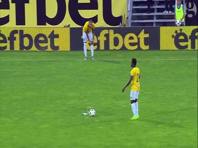 Болгарский футболист Иван Бандаловски выпил пива во время матча