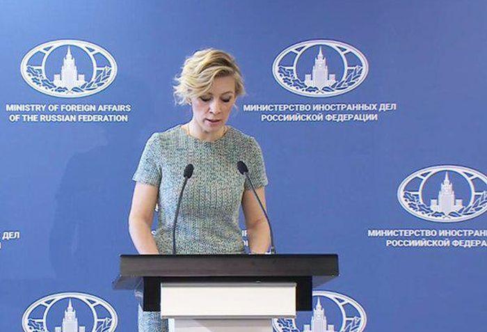 Представитель МИД России Мария Захарова выступила на фоне баннера с грамматической ошибкой (3 фото)