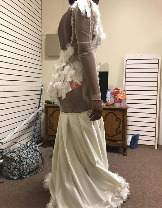 Дизайнерское платье испортило настроение выпускнице (3 фото)