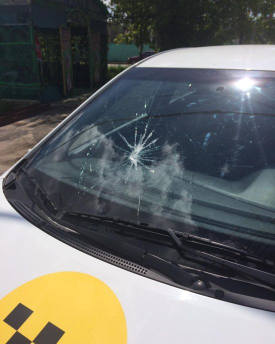 В Павловском Посаде неизвестные повредили автомобили «Яндекс.Такси» (5 фото)