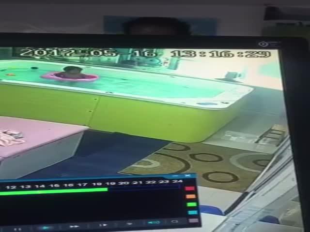 Никогда не оставляйте ребенка без присмотра в бассейне