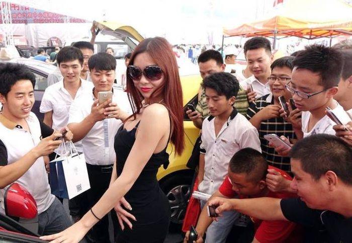 Девушки с азиатских автовыставок (27 фото)