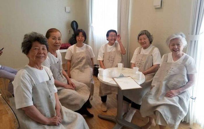 В Токио появился ресторан с особенными официантами (10 фото)