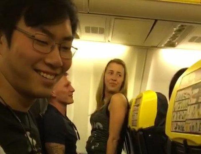 Британец, летевший на свой мальчишник, прославился благодаря пикантному видео (5 фото + видео)