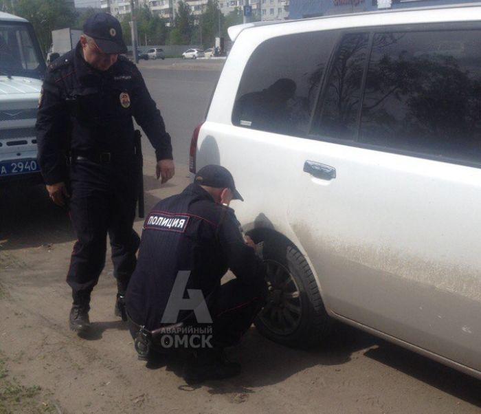 В Омске полицейские догнали женщину, чтобы накачать ей спущенное колесо (2 фото)