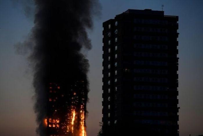 В Лондоне горит 27-этажный жилой дом (11 фото + 2 видео)