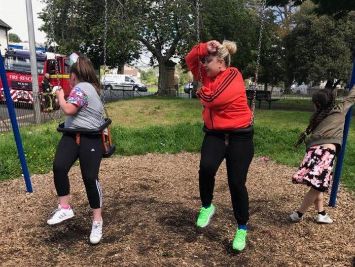 Тетя и племянница застряли в детских качелях (4 фото)