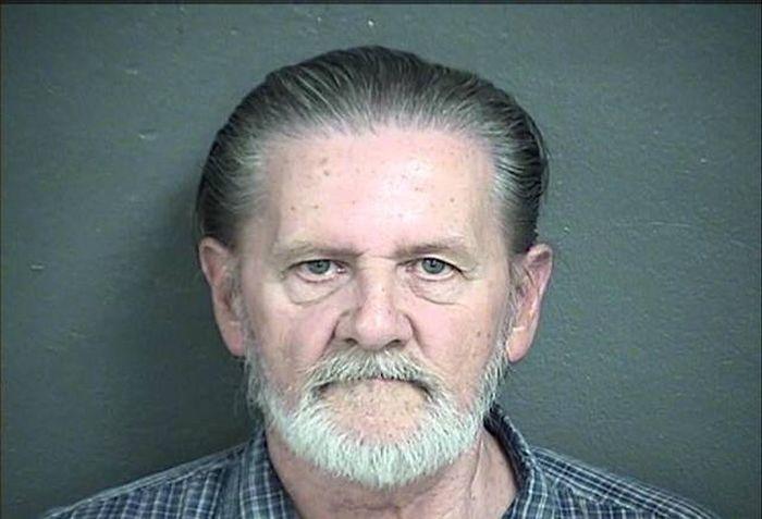 В США вынесли приговор пенсионеру, ограбившему банк, чтобы спастись от жены (2 pics)