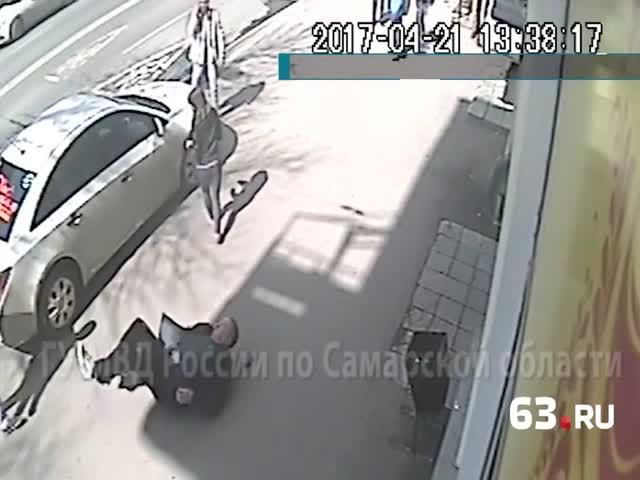 Автомобилист набросился на мужчину, сделавшему ему замечание