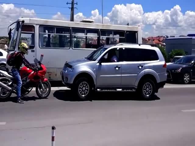 Мотоциклист проучил наглого водителя