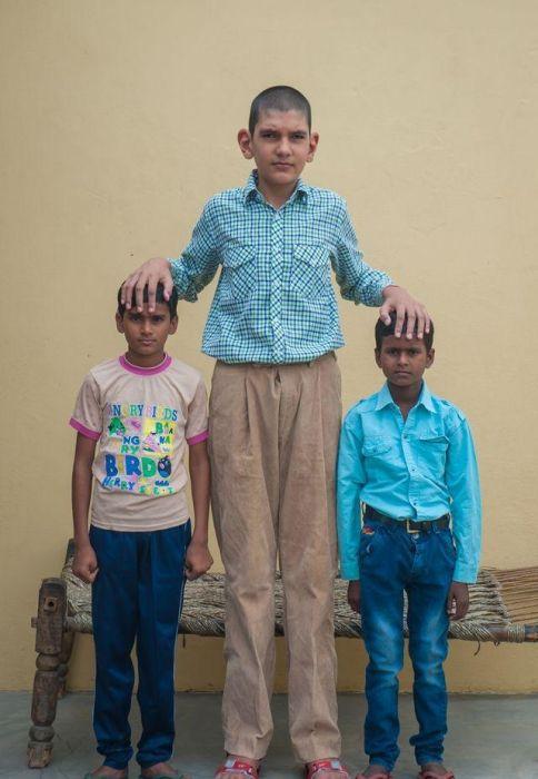 В Индии живет самый высокий 8-летний мальчик в мире (13 фото)