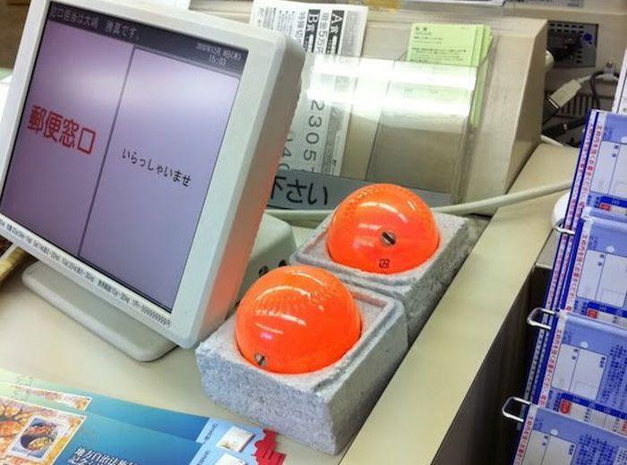 Для чего нужны японским кассирам эти шары? (2 фото)