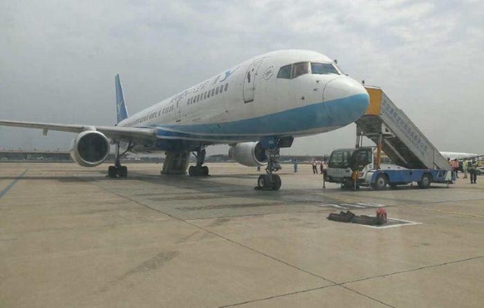 В Китае любопытная женщина открыла аварийный выход самолета (3 фото)