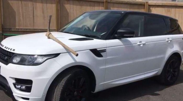 В Великобритании мужчина вбил кирку в капот автомобиля своего босса (2 фото)