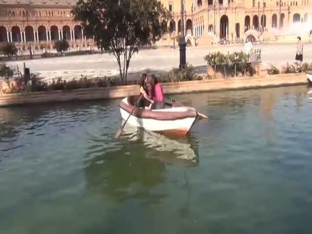 Девушки не могут разобраться, как управлять лодкой