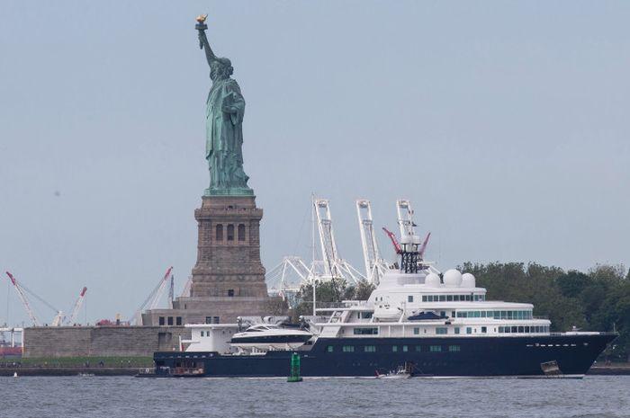 Яхта российского миллиардера Евгения Швидлера загородила статую Свободы (2 фото)