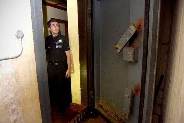Необычная находка в старом британском бомбоубежище (13 фото)