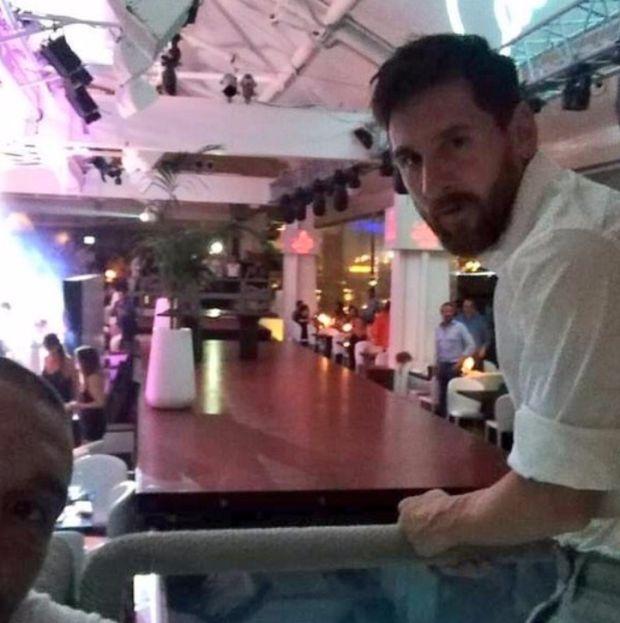 Лионель Месси отдохнул в ресторане Ибицы (2 фото)