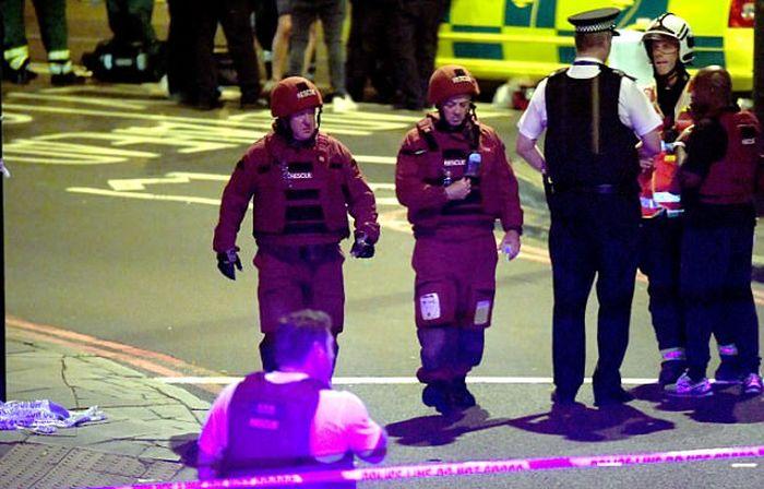 В Лондоне фургон врезался в толпу людей у мечети (16 фото + видео)