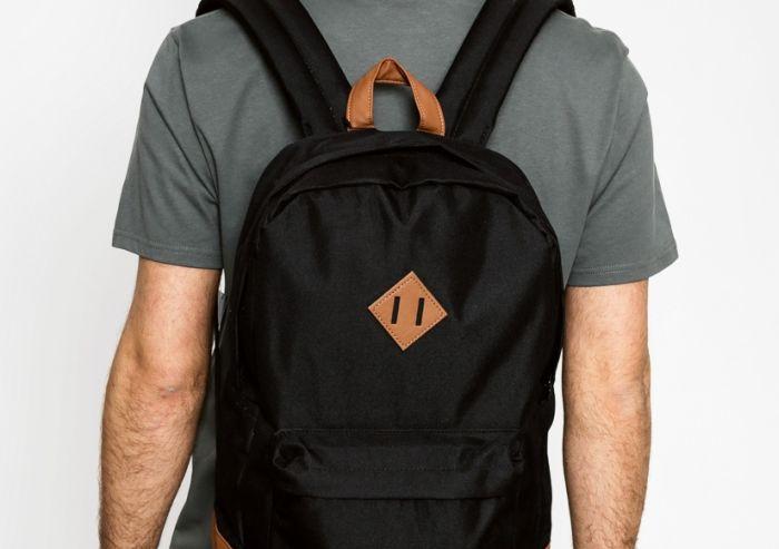 А вы знаете, для чего нужен этот квадрат на рюкзаках? (2 фото)