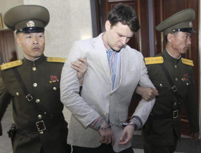 Умер освобожденный из тюрьмы КНДР американский студент Отто Вомбиер (2 фото)