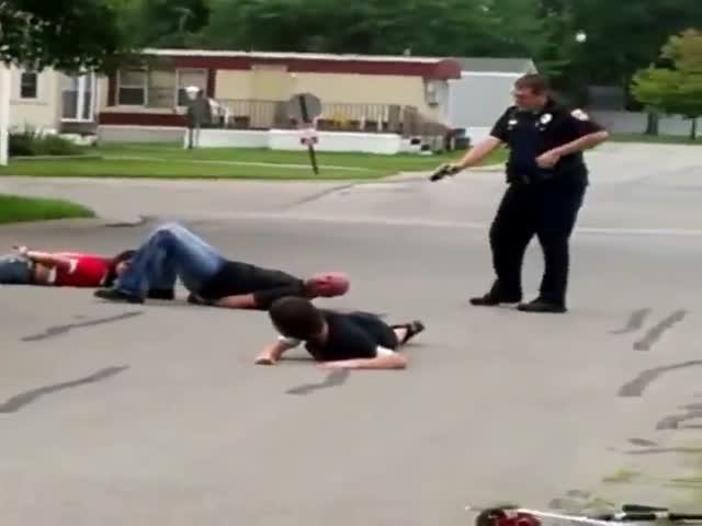 Полицейский задержал семью