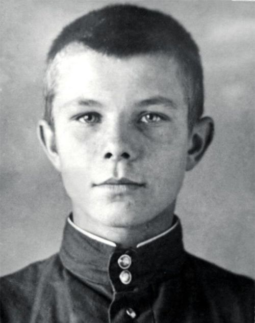 Догадайтесь, кто этот мальчик на фото? (2 фото)