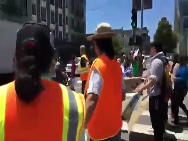 Мотоциклист проехал мимо лежащих на асфальте демонстрантов