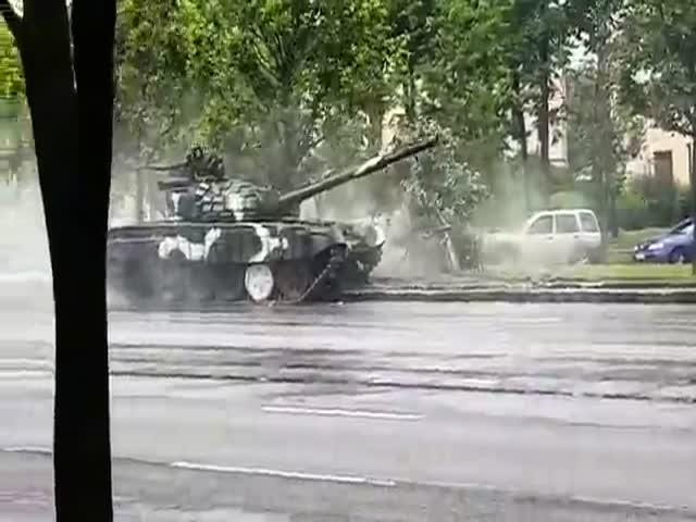 В центре Минска дрифтующий танк врезался в столб