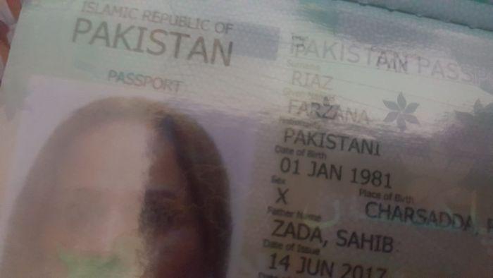 В Пакистане трансгендер впервые получил паспорт (2 фото)