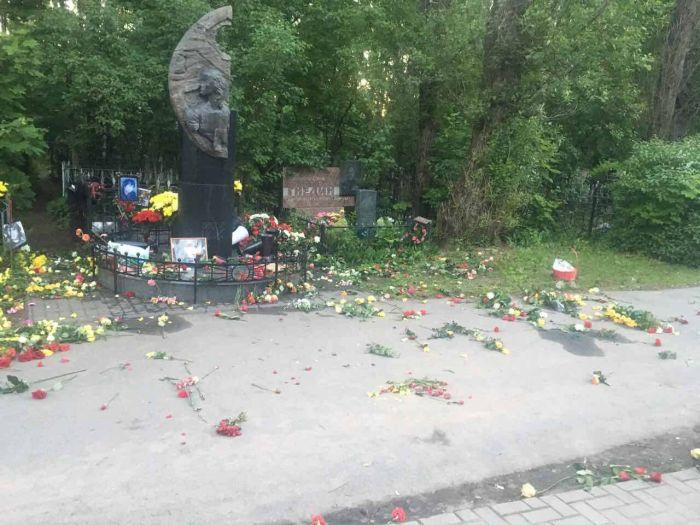 Полиция проверяет информацию об осквернении могилы Виктора Цоя (2 фото)