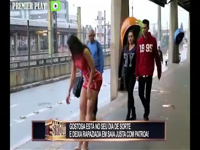 Девушка поднимает деньги, из-за чего у парней начинаются серьезные проблемы