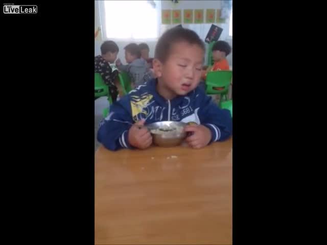 Мальчик борется со сном
