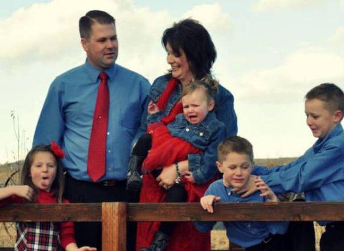 Дети, испортившие красивые семейные фото (23 фото)