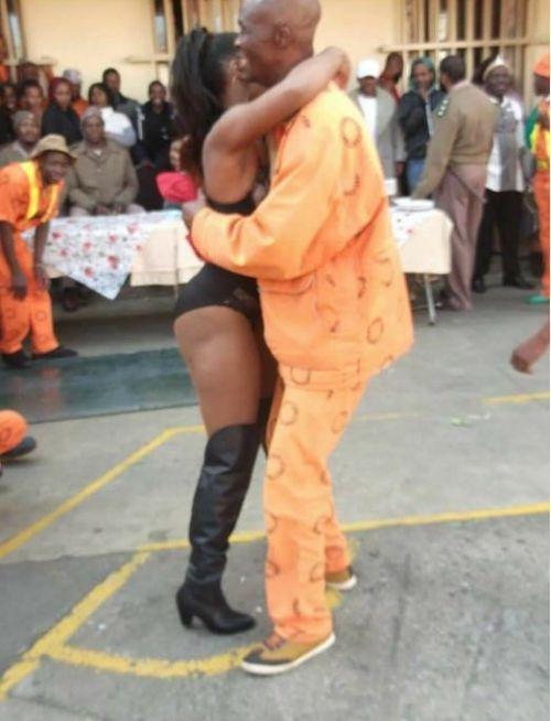 В Йоханнесбурге в тюрьме «Сан-Сити» заключенным устроили стриптиз (2 фото)