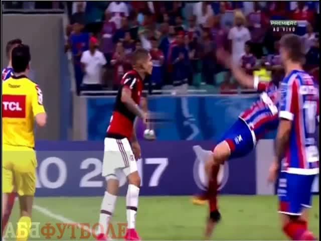 Бразильский футболист попытался изобразить падение от удара