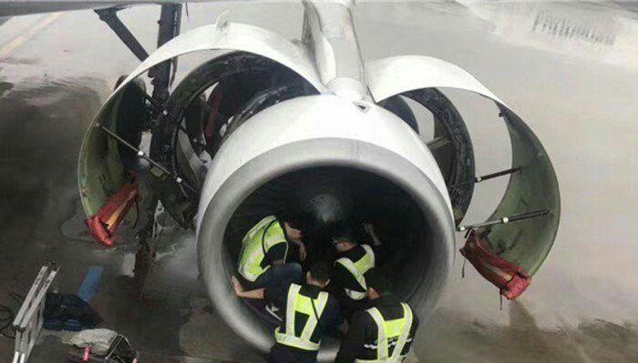 В Китае пожилая пассажирка набросала монет в турбину самолета (3 фото)