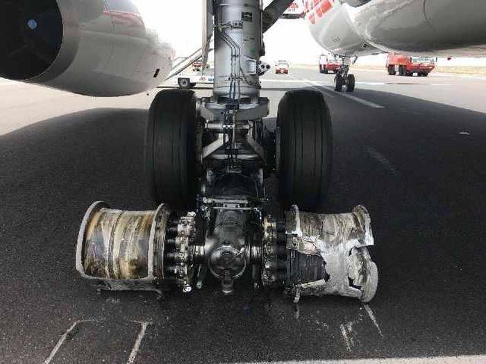Самолет, совершивший аварийную посадку, заблокировал работу аэропорта Тенерифе (4 фото)