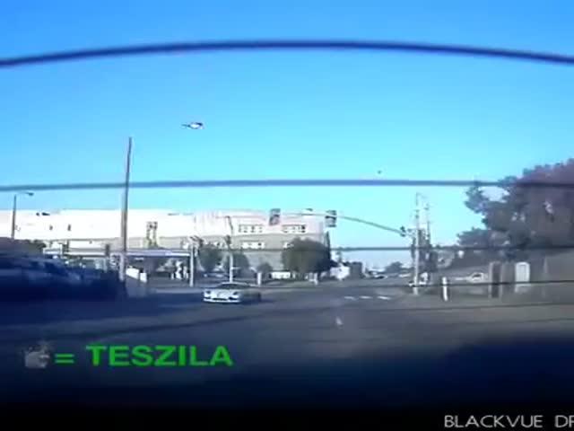 Porsche Cayman попытался догнать электрокар Tesla