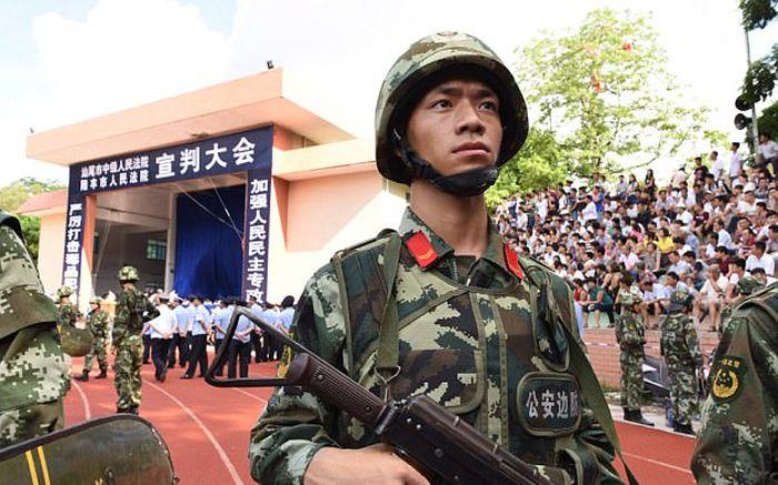 В Китае провели публичный суд над 18-ю наркоторговцами (4 фото + видео)