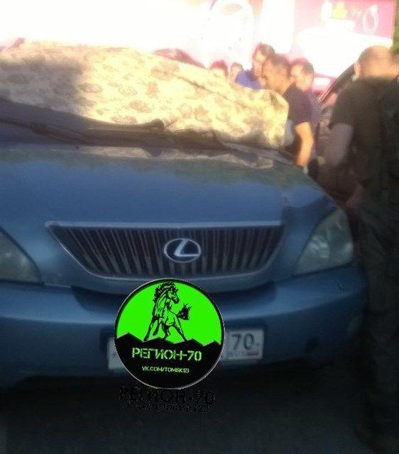 Жители Томска спасли ребенка, запертого в машине на жаре (3 фото)