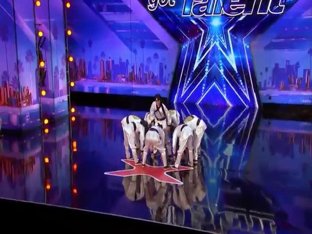 Выступление танцевального коллектива Just Jerk Crew на шоу America's Got Talent