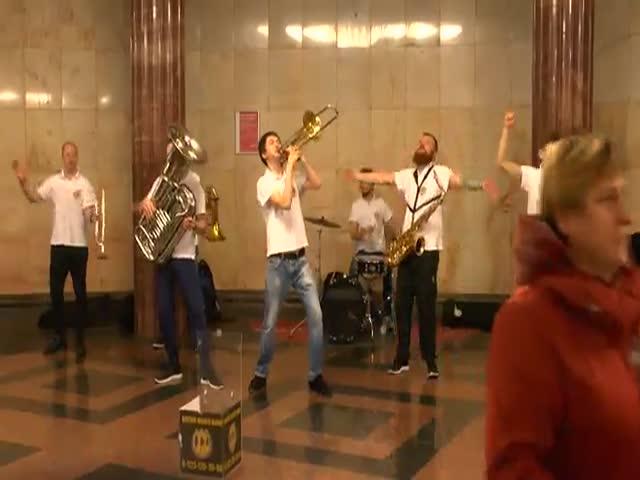 Кавер-группа Brevis Brass Band развлекает пассажиров метро
