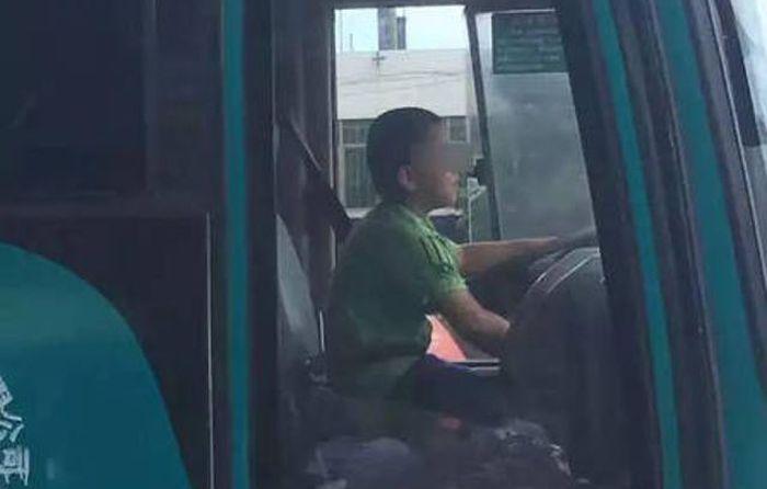 В Китае мальчик угнал автобус, чтобы покататься по городу (2 фото + видео)