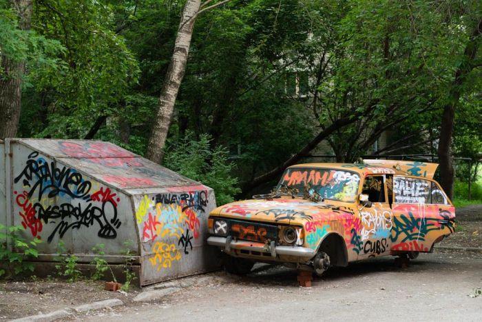 Гараж и авто в клеточку - новый арт-объект Екатеринбурга (4 фото)
