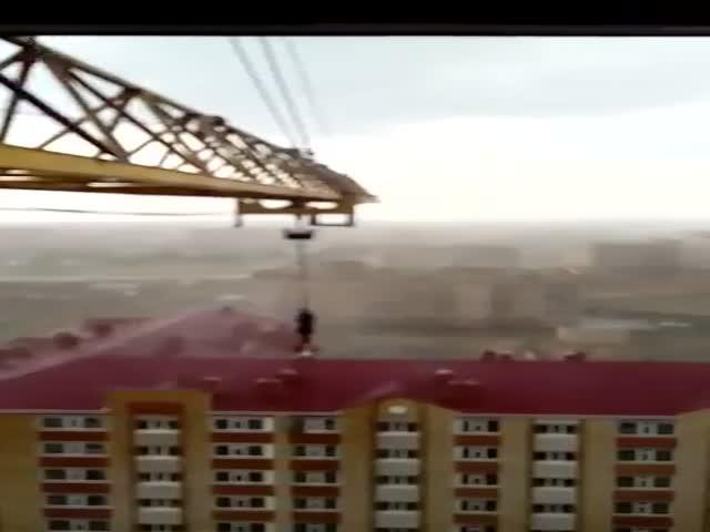 Крановщик сидит в кране во время урагана